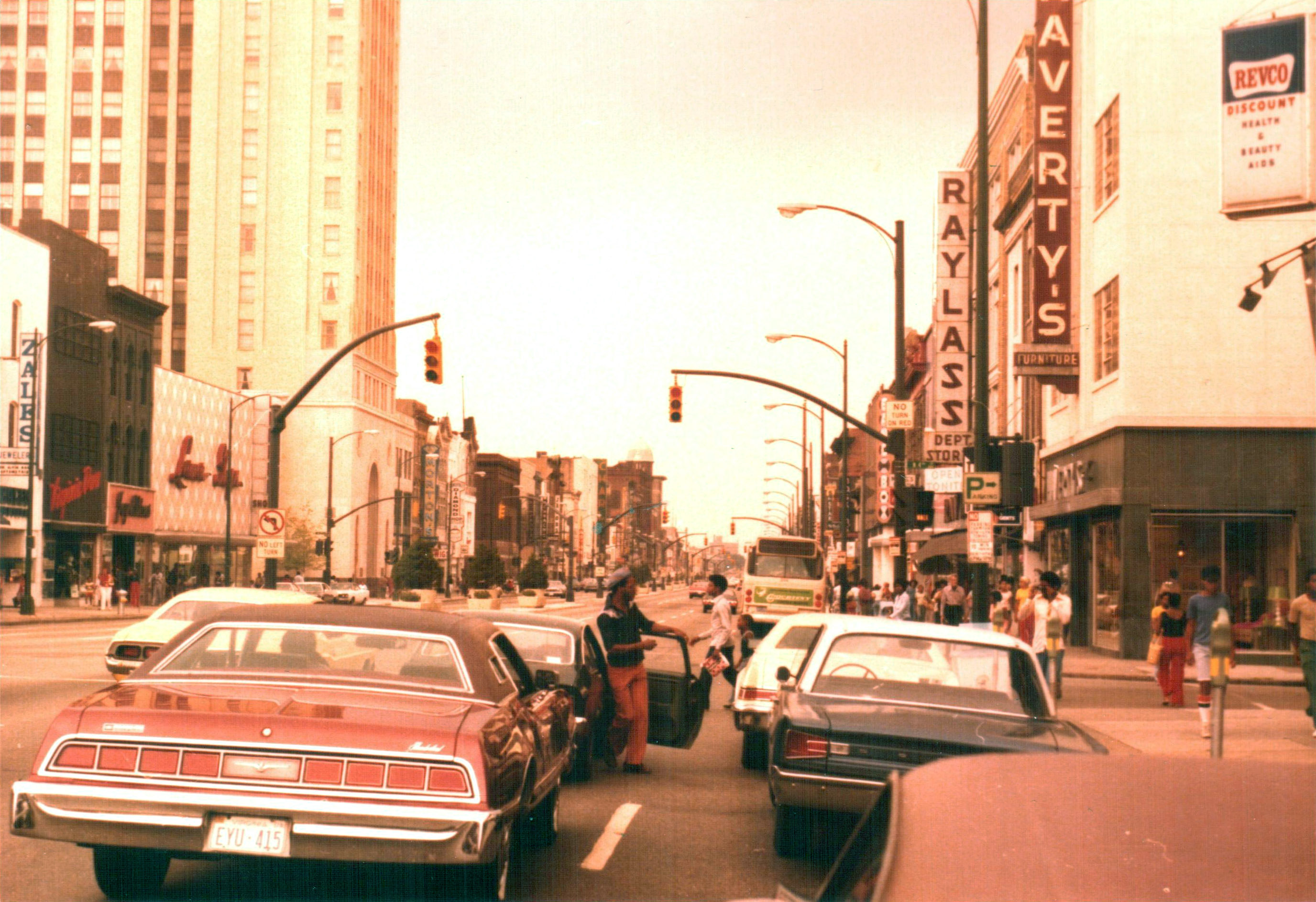 Richmond_Virginia_1977_-_Broad_Street_at_Raylass_Department_Store.jpg
